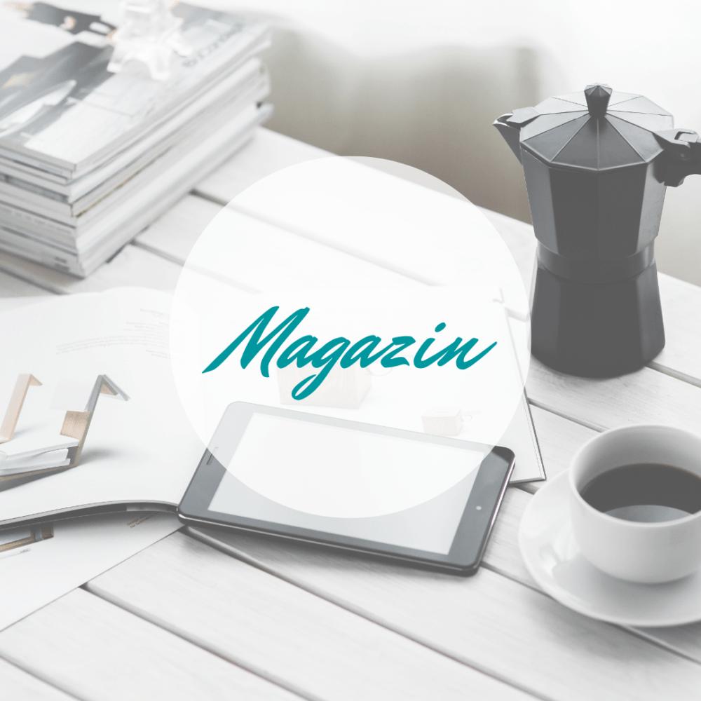 Mindwellness Magazin - Kaffee, Tablet, Zeitschriften und Espressokocher stehen auf Tisch